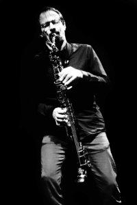 Stéphane Payen, oblique avec son alto droit. © Mateo Belotti